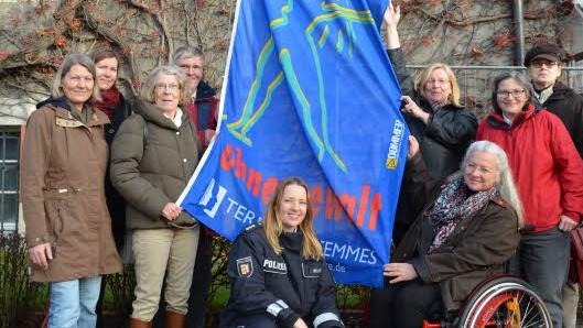 Wollen ein Zeichen setzen: Karin Lewandowski (vorn, re.) mit Akteuren des Netzwerks KIK und des Autonomen Frauenhauses.(Foto: kas, Quelle: www.shz.de)