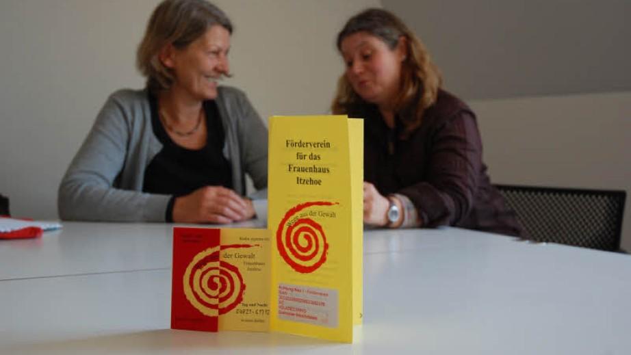 Wollen mehr Geld, um Frauen in Not besser unterstützen zu können: Heike Siemssen-Bielenberg (l.) und Sabine Bahlo. (Foto: Müller, Quelle: www.shz.de)