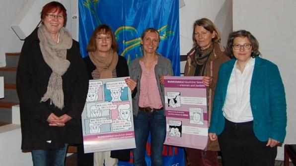 """estalten den """"Internationalen Tag gegen Gewalt gegen Frauen"""": (v.li.) Regina Arfsten, Lothar Volkelt, Andrea Bünz, Wiebke Tischler, Anke Rohwedder, Günter König, Heike Siemssen-Bielenberg und Maren Schlotfeldt.(Foto: Tietje-Räther, Quelle: www.shz.de)"""